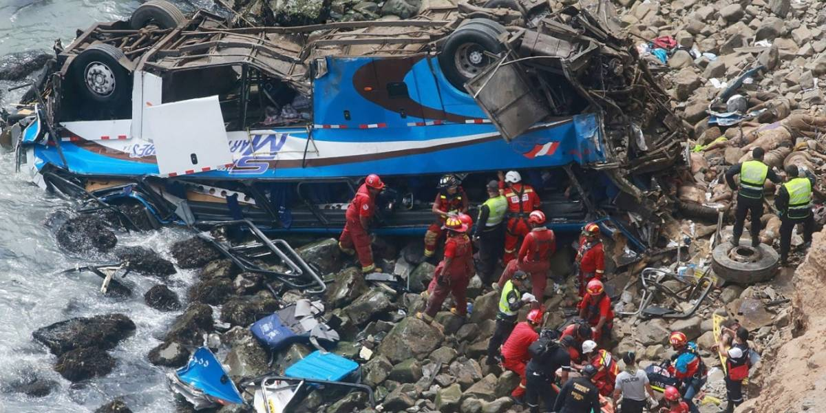 Al menos 25 muertos deja caída de un bus en Perú