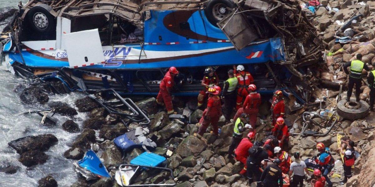 Perú: Al menos 36 muertos tras la caída de un bus por un acantilado en Pasamayo