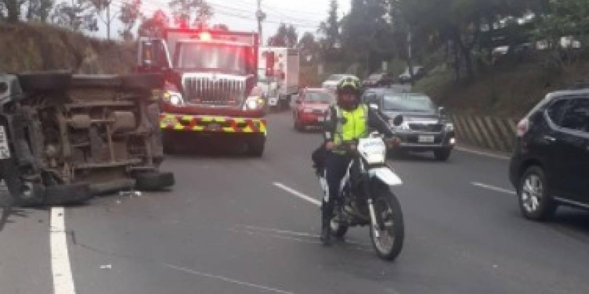 Cerrado un carril de la Simón Bolívar tras volcamiento de vehículo