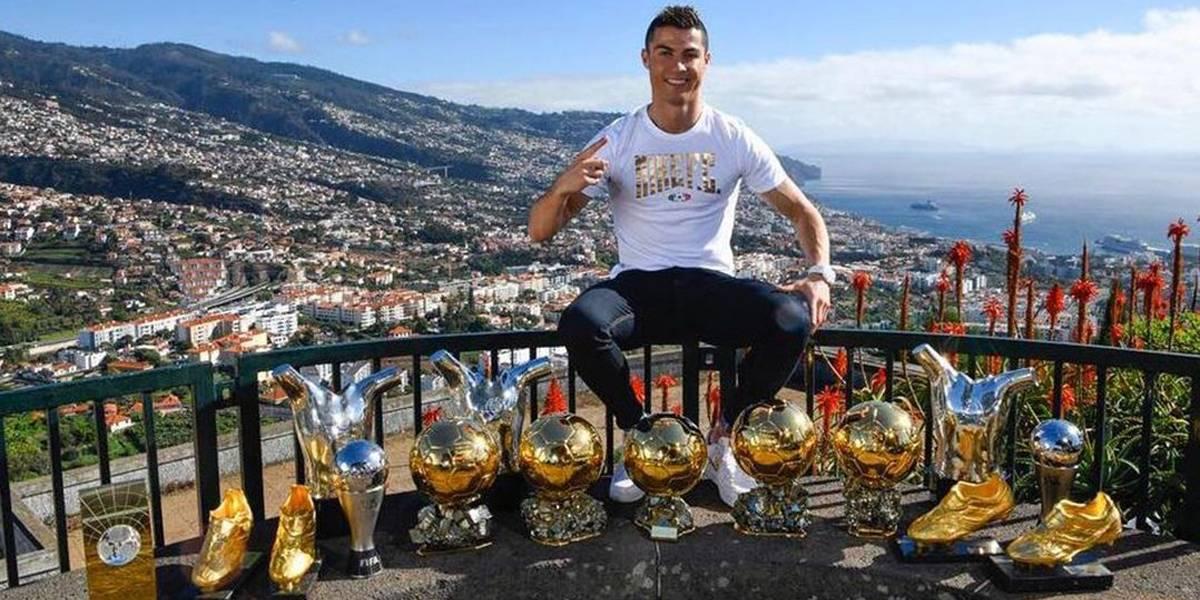 Cristiano Ronaldo ostenta seus troféus