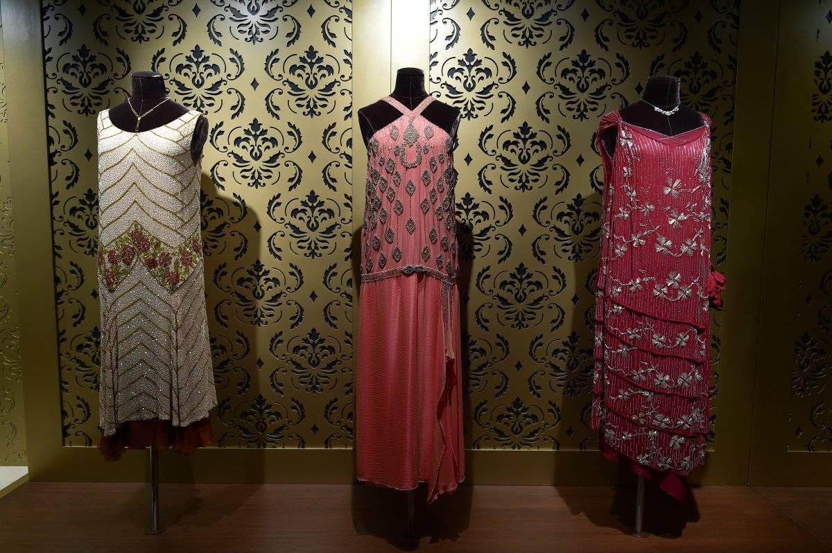 Los vestidos de noche están expuestos al detalle.