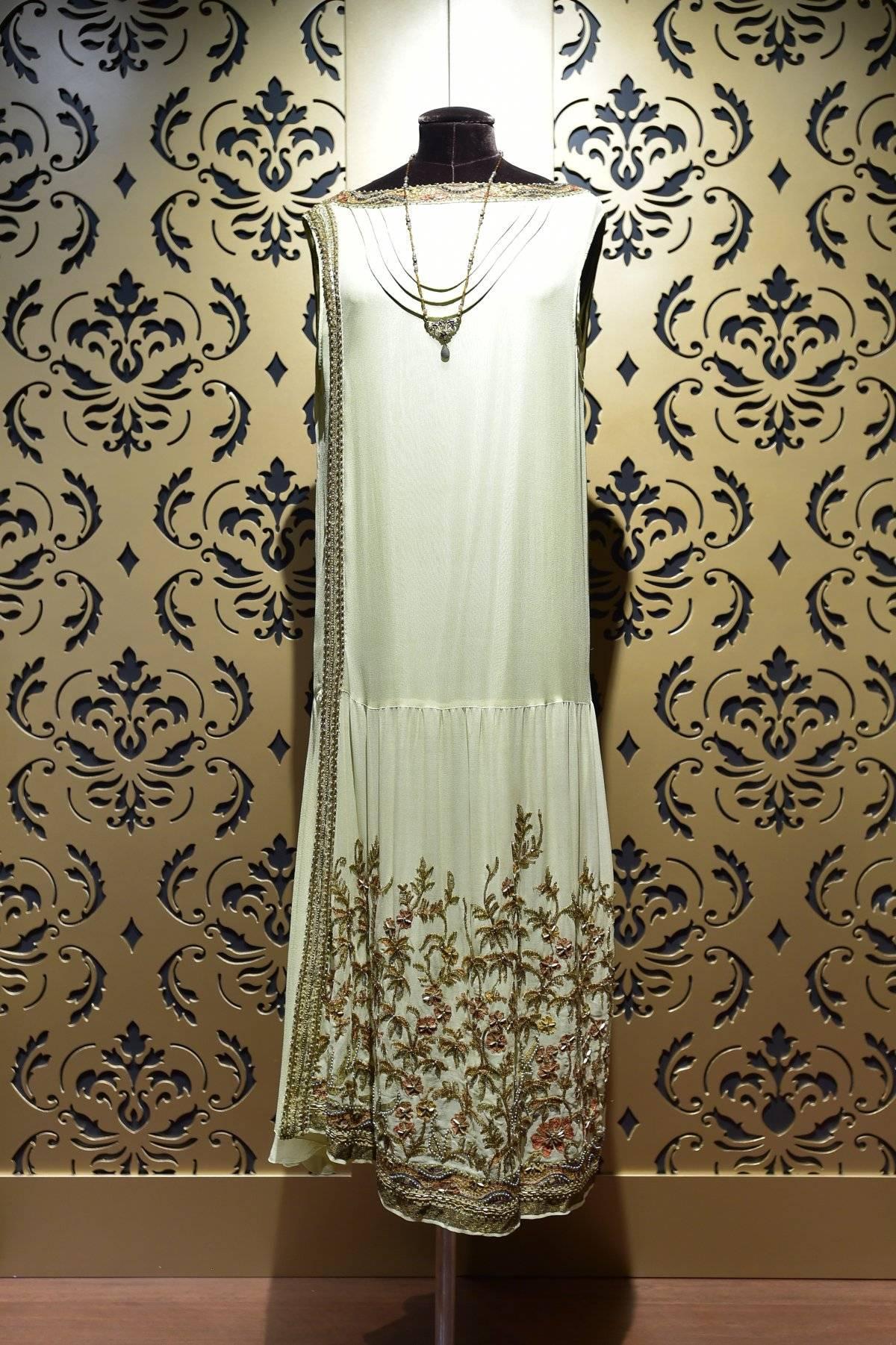 Los vestidos reflejan horas de artesanía.