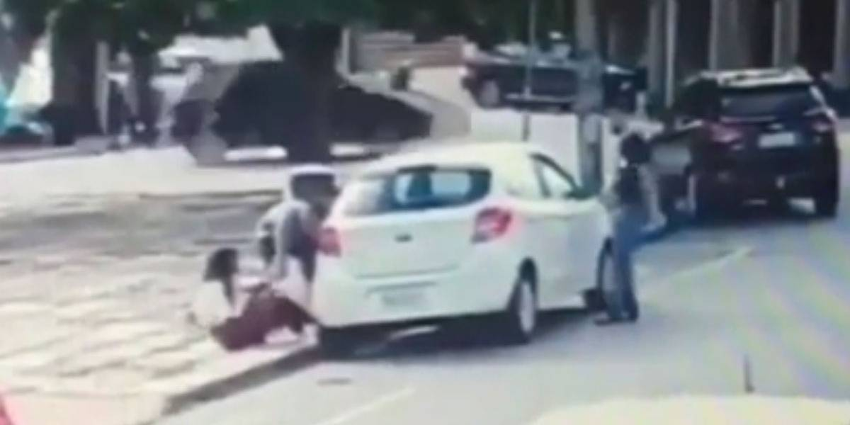 Bandidos jogam mulher no chão em assalto em Goiânia