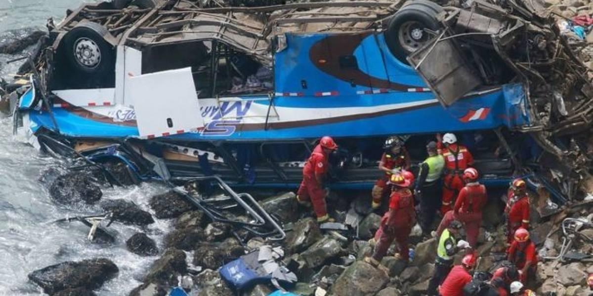 Ônibus cai em penhasco de 100 metros e mata mais de 30 pessoas
