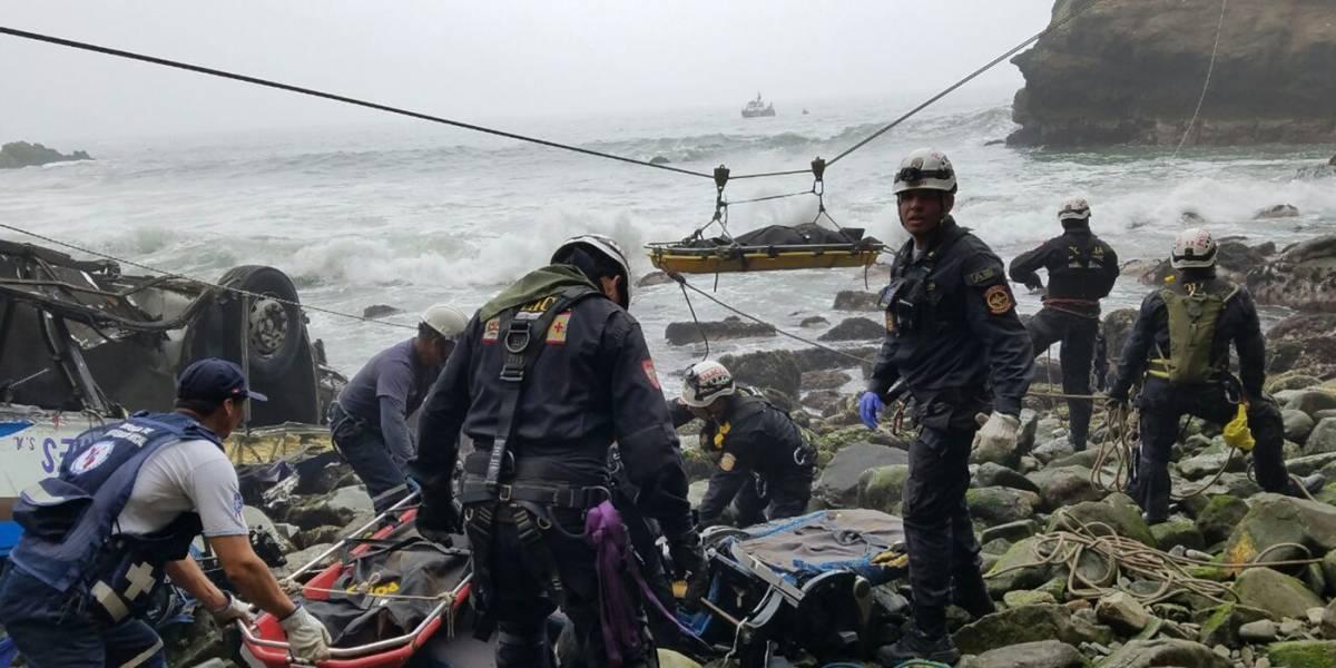Tragedia en Perú: sobreviviente saltó segundos antes de caída de autobús