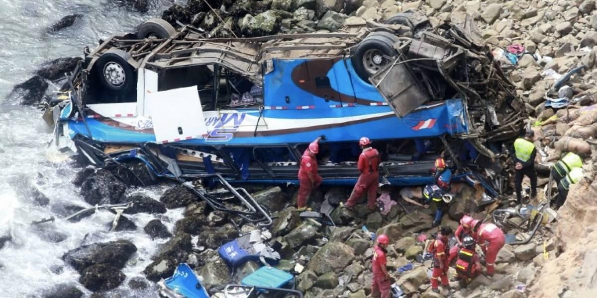 Reanudan búsqueda de cuerpos de accidente de bus en Perú