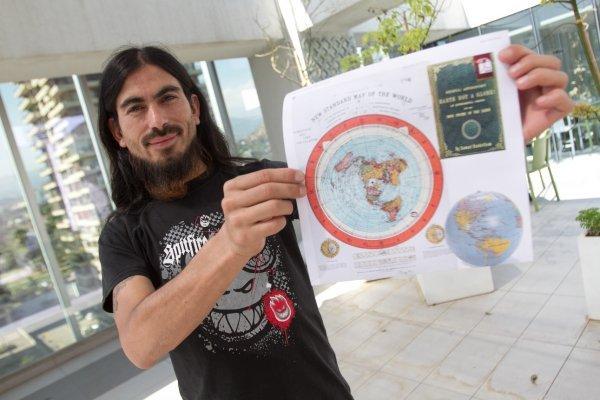 Miguel Ortiz (38), cree que la Tierra es plana