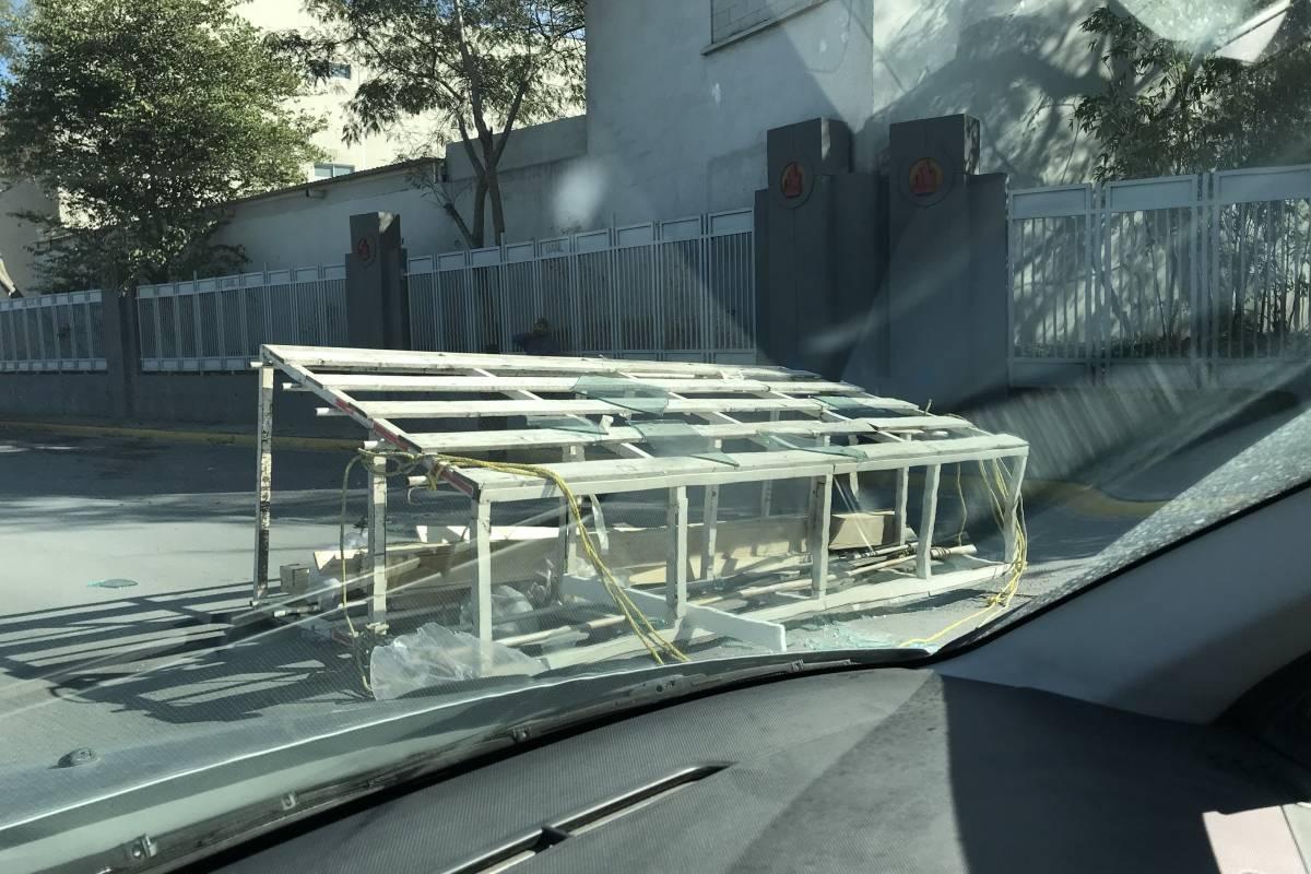 Los vehículos tuvieron que cruzar la avenida exponiéndose a una ponchadura. Israel Salazar