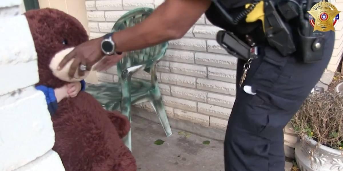 """Niño que """"vivía"""" encerrado en un armario mientras en su casa hacían metanfetaminas dice a la policía que sus amigos eran """"ratas y cucarachas"""""""