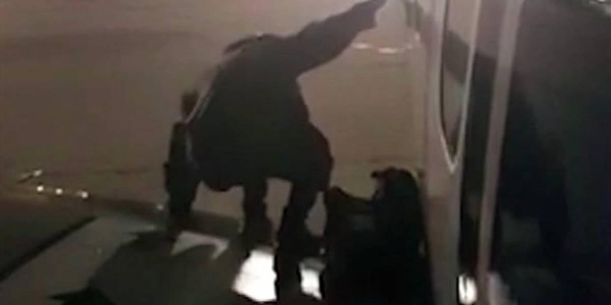 Passageiro deixa avião pela saída de emergência e acaba preso; vídeo