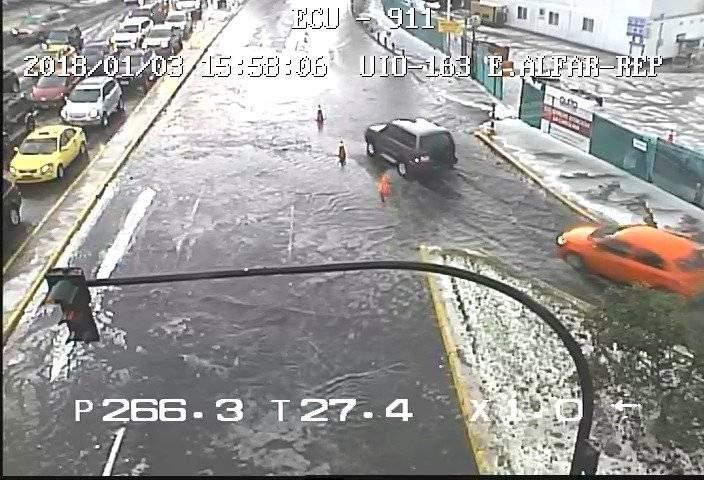Se registra acumulación de agua en varias avenidas de Quito ECU 911