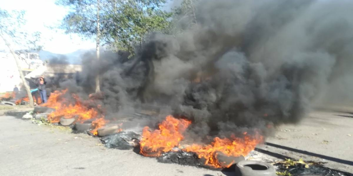 Manifestantes cierran la Av. Simón Bolívar