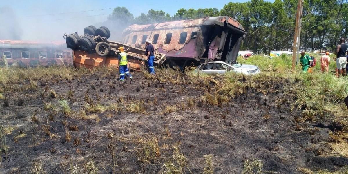 Al menos 12 muertos y 100 heridos en un accidente de tren en Sudáfrica
