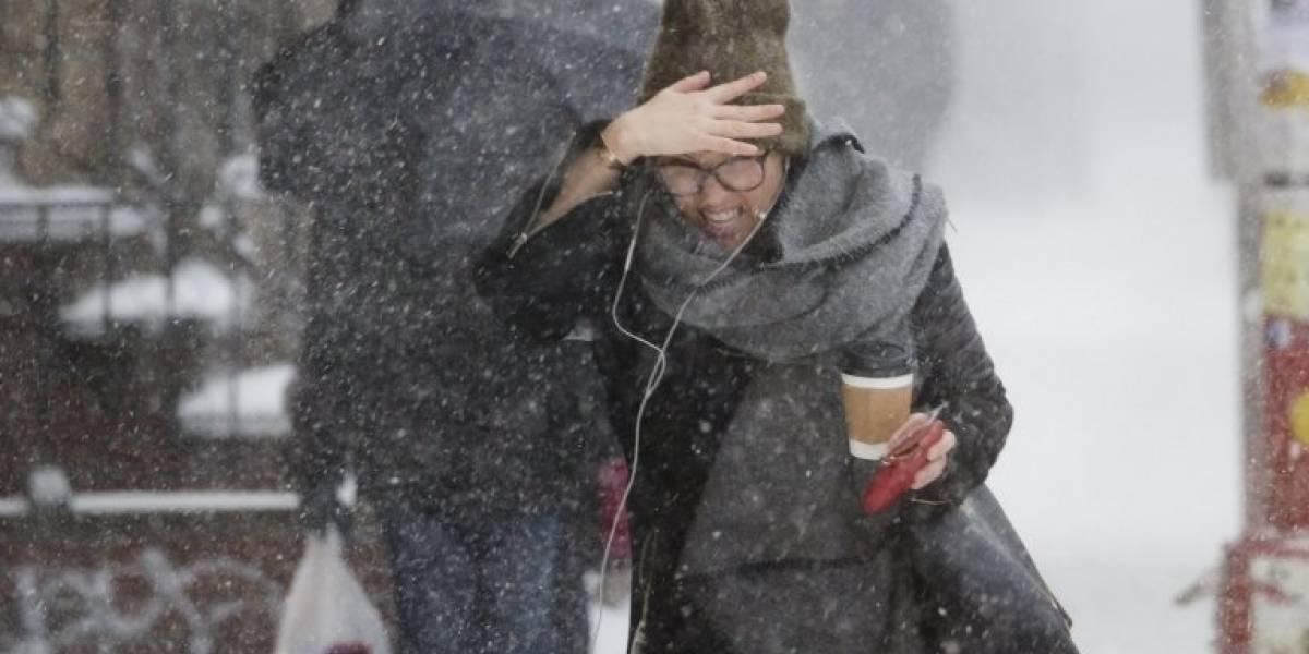 Ciclone bomba cobre o norte dos EUA de neve e leva caos para 60 milhões de pessoas