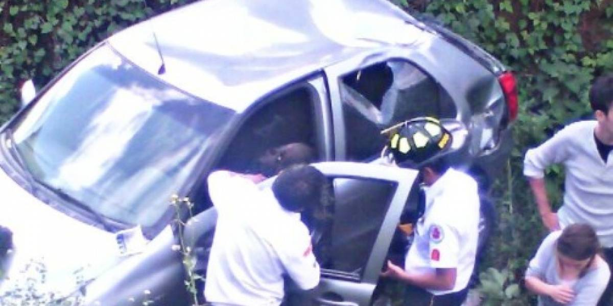 Vehículo cae a barranco en bulevar principal de San Cristóbal, zona 8 de Mixco