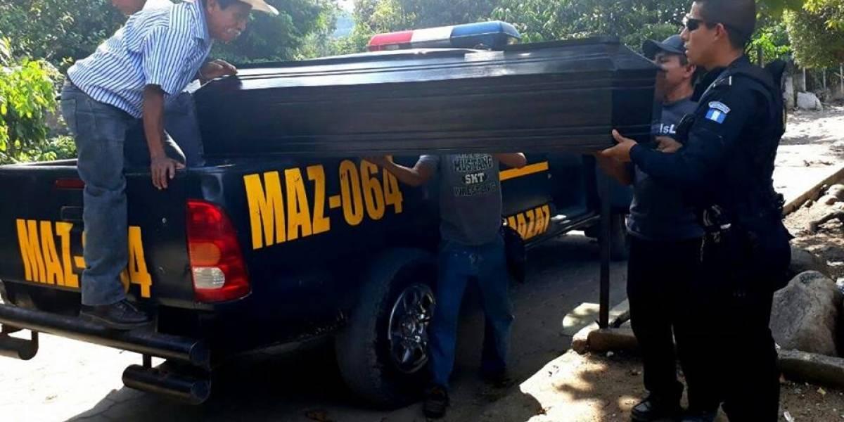 Agentes de Chicacao se solidarizan y ayudan a transportar féretro