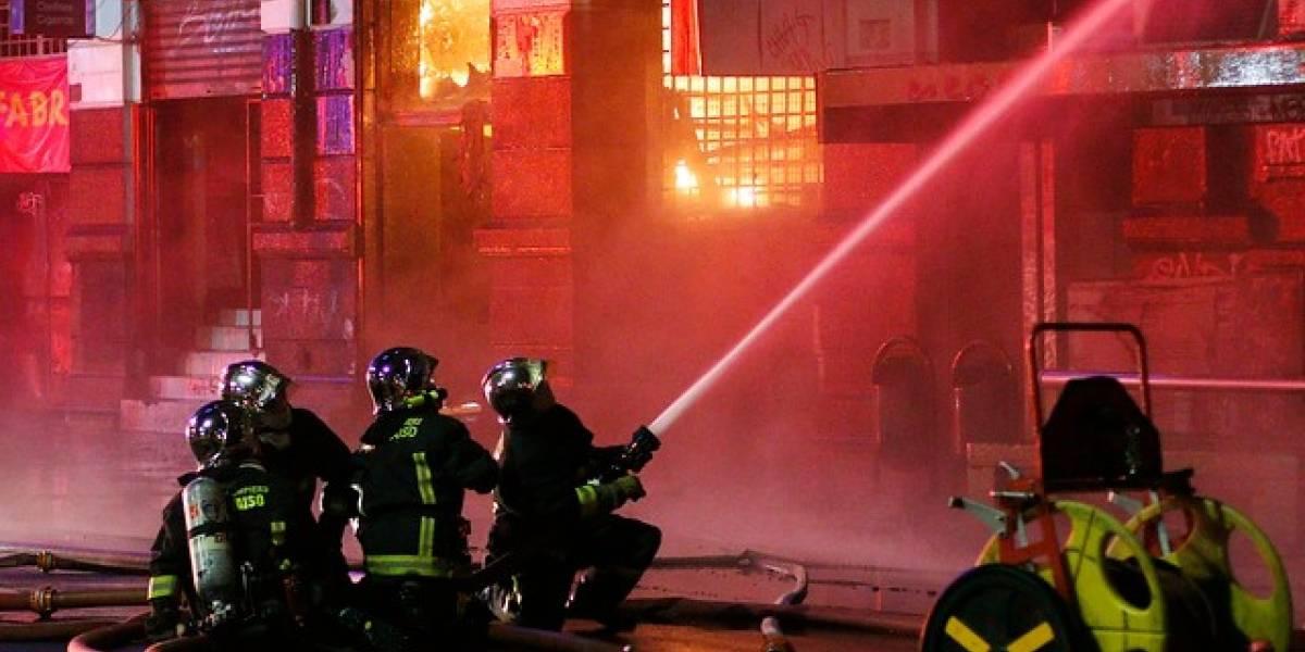 Incendio consumió 12 locales comerciales ubicados en la avenida Errázuriz de Valparaíso