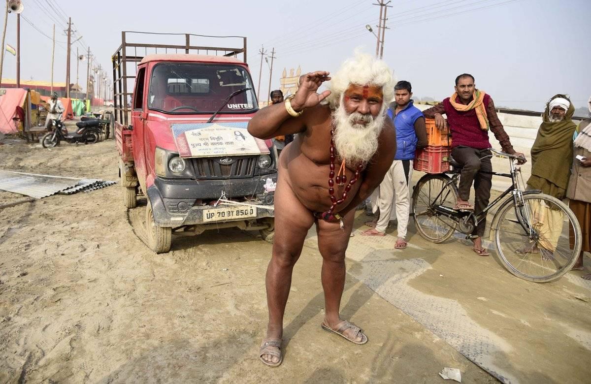 Hombre mueve camioneta con su pene