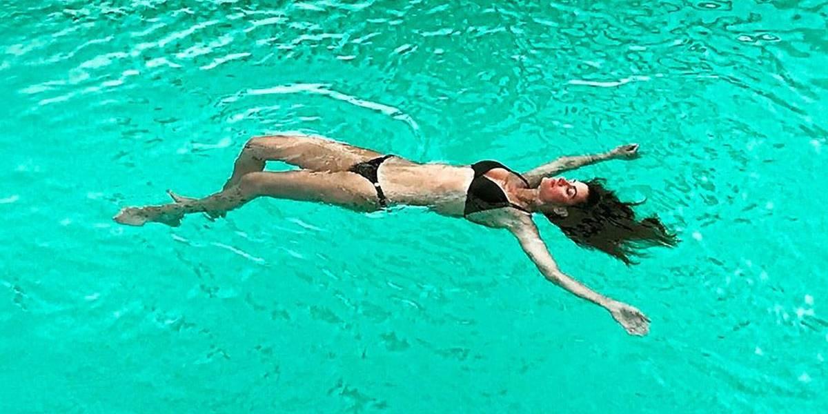 Isabella Fiorentino exibe corpão no mar