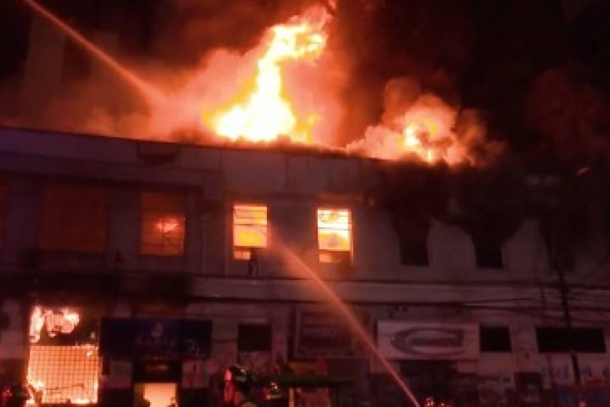 Incendio consume 12 locales nocturnos en calle Errázuriz — Valparaíso
