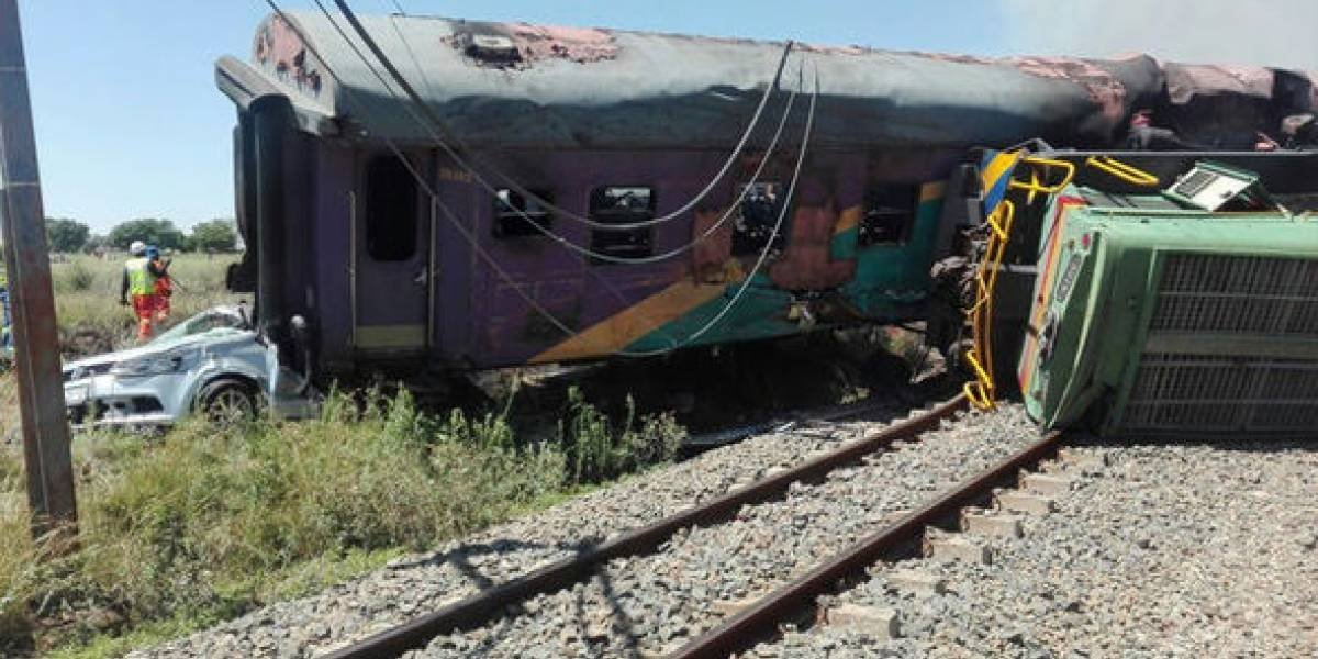 Violenta colisión entre tren y camión en Sudáfrica deja al menos 4 muertos y decenas de heridos