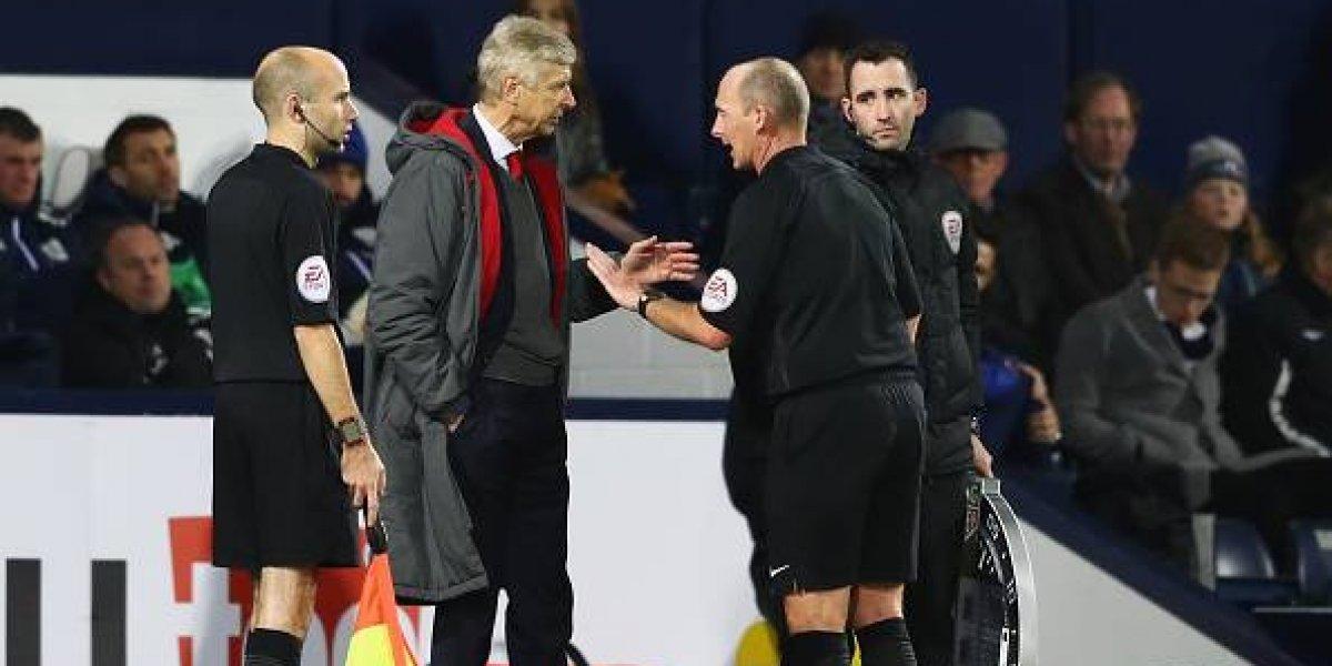 Arsene Wenger recibió un duro castigo tras protagonizar un berrinche contra un árbitro