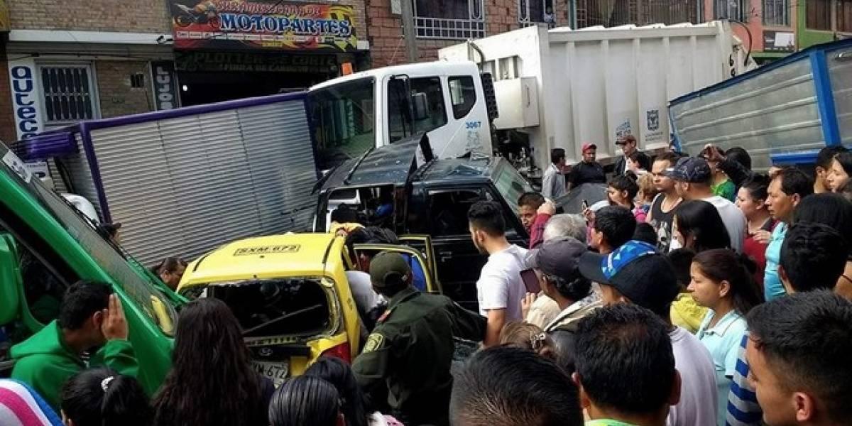 Camión de basura se queda sin frenos y estrella siete vehículos en Bogotá