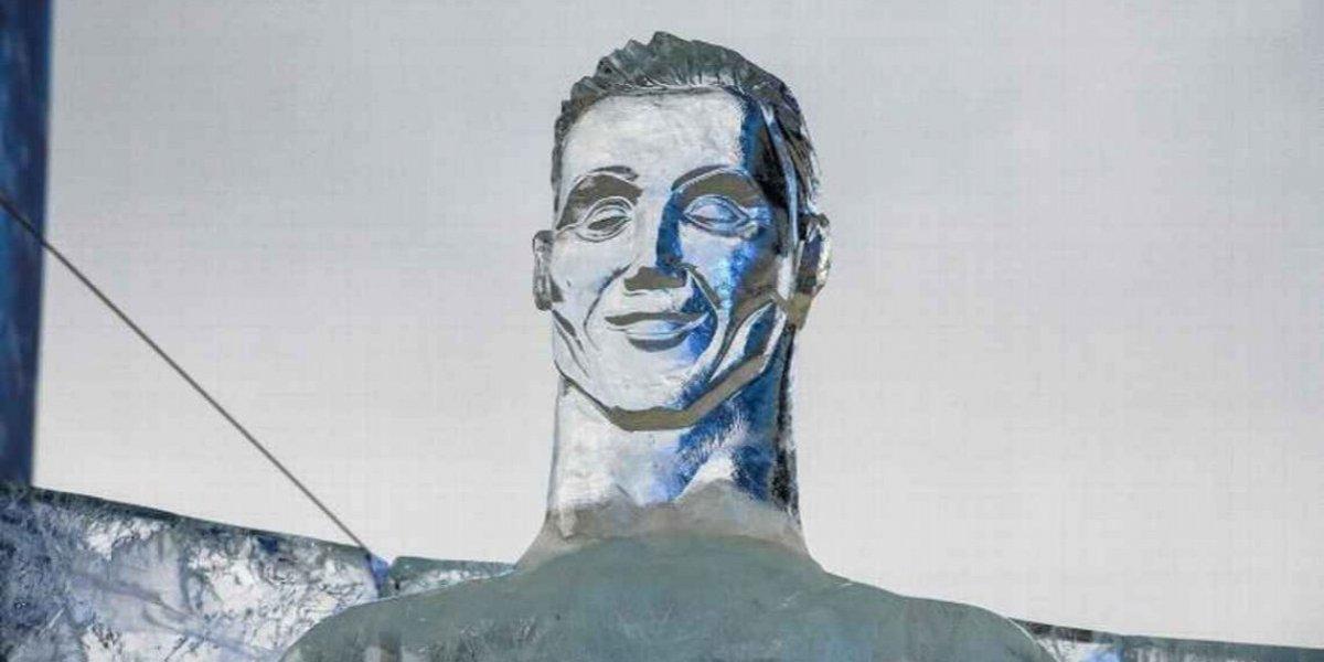 Crean escultura de Cristiano Ronaldo en hielo