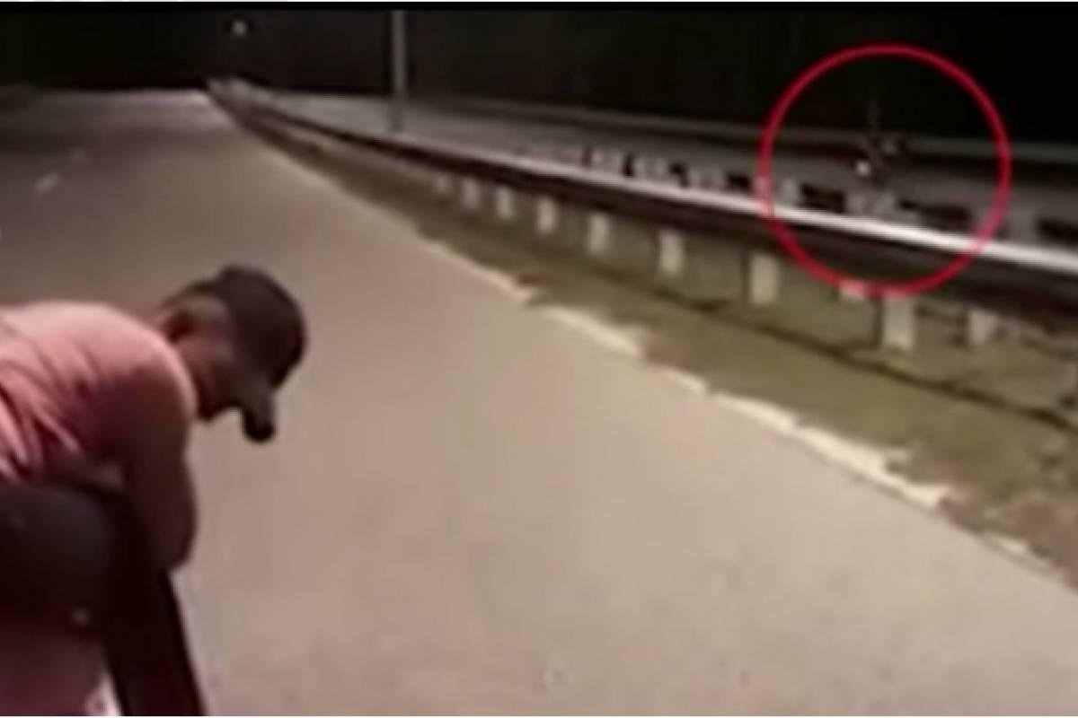 Graban una espeluznante moto fantasma sin conductor circulando en plena carretera