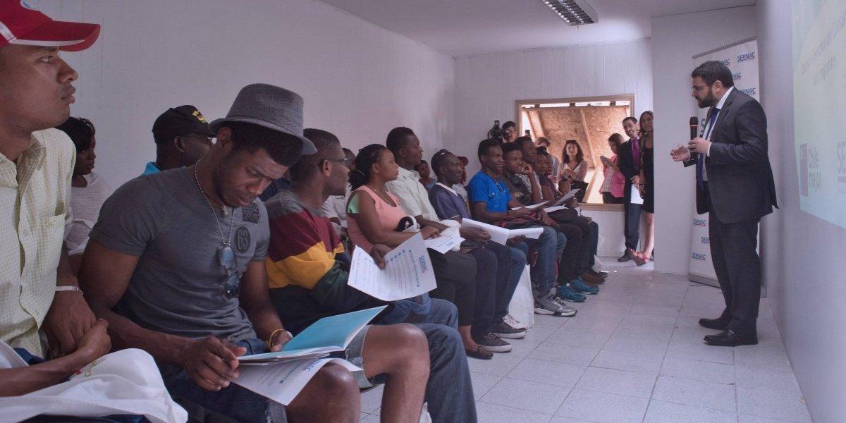 Sernac le enseña a haitianos sobre sus derechos como consumidores