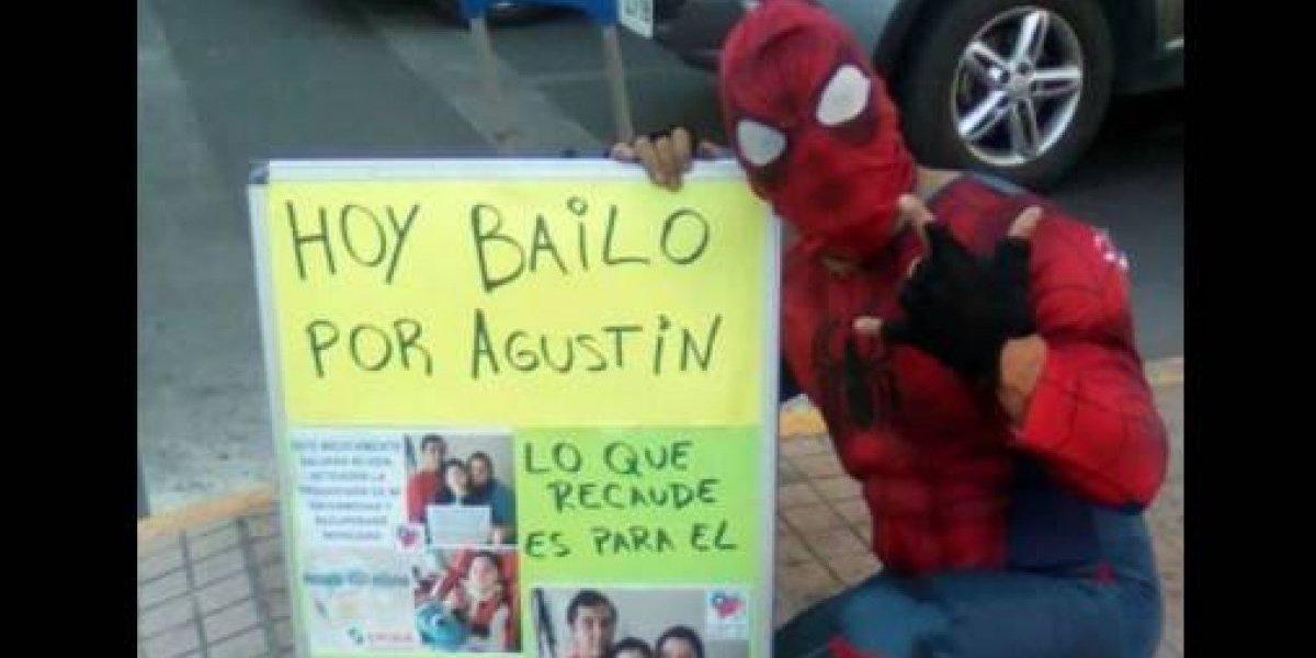"""Ni los superhéroes están libres: le robaron el celular al """"Estúpido y sensual spiderman chileno"""" mientras bailaba en un semáforo"""