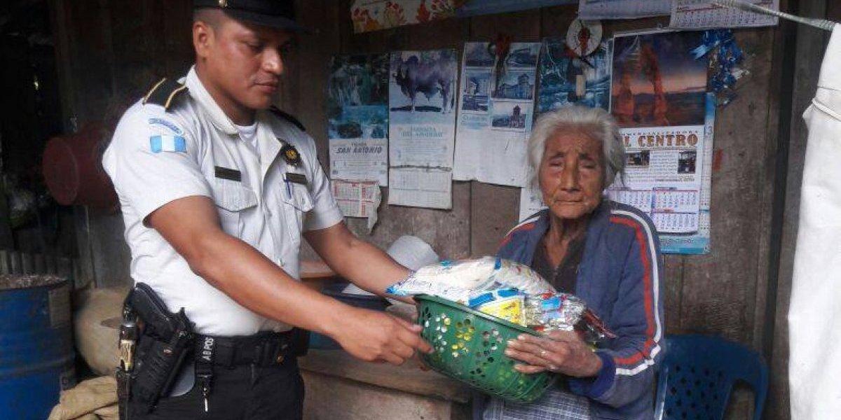 PNC entrega canasta de víveres a mujer de escasos recursos de 78 años