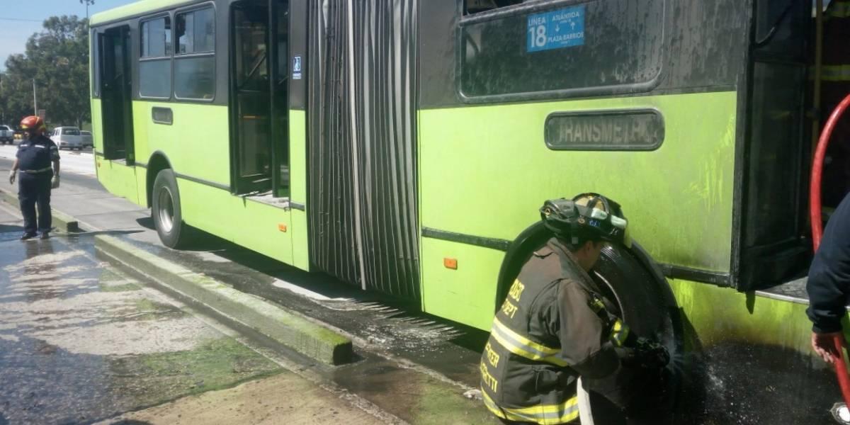 EN IMÁGENES. Transmetro se incendia en avenida Bolívar