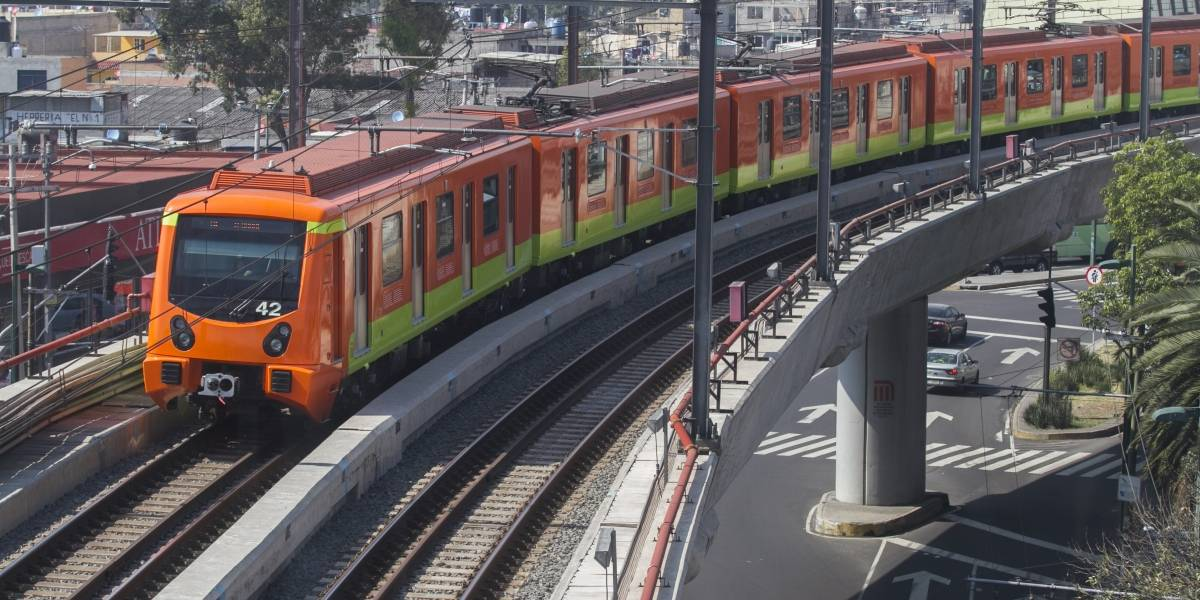 VIDEO: Joven sube al Metro y realiza acrobacias en el vagón
