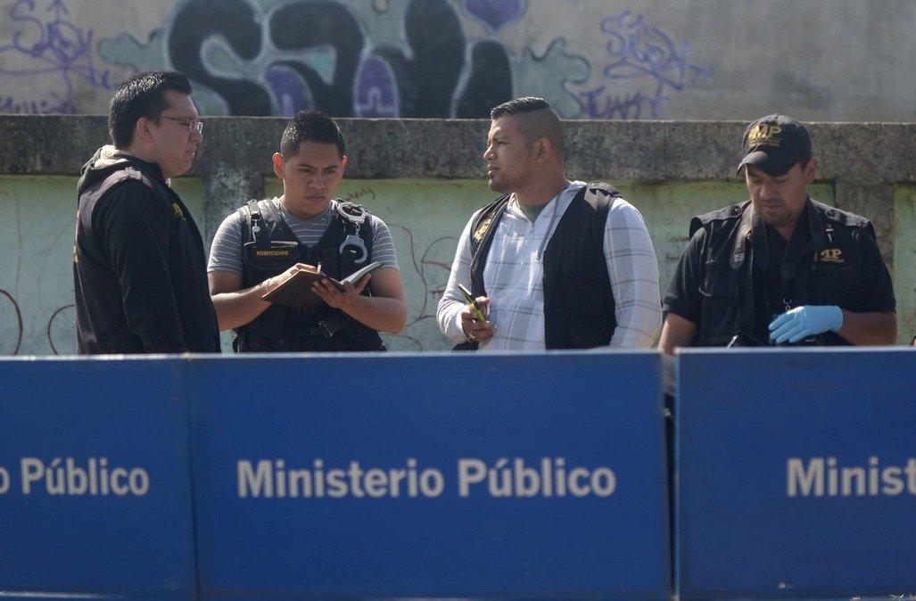 Fiscales del MP recaban las pruebas del homicidio en la zona 18.