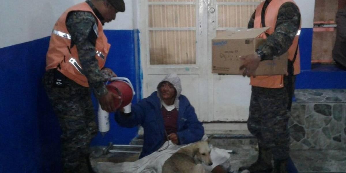 Soldados comparten con personas de escasos recursos por bajas temperaturas