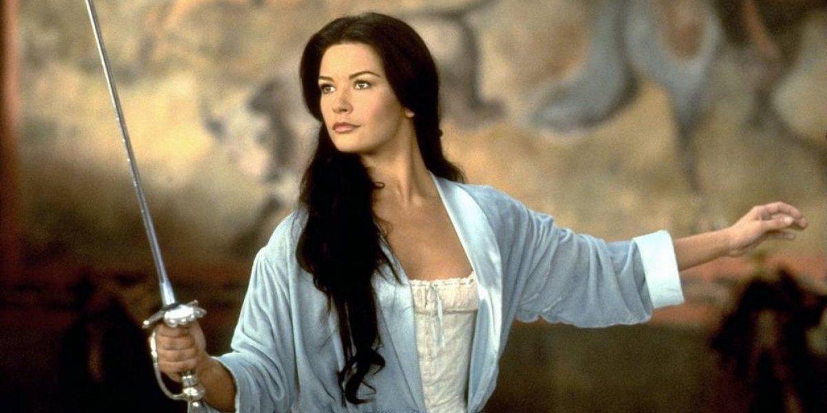 El transparente vestido y el escote de Catherine Zeta-Jones en los Golden Globes