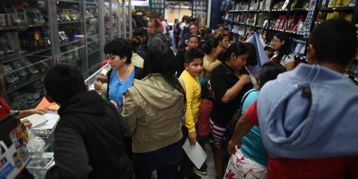 EN IMÁGENES. Padres de familia abarrotan librerías de la ciudad