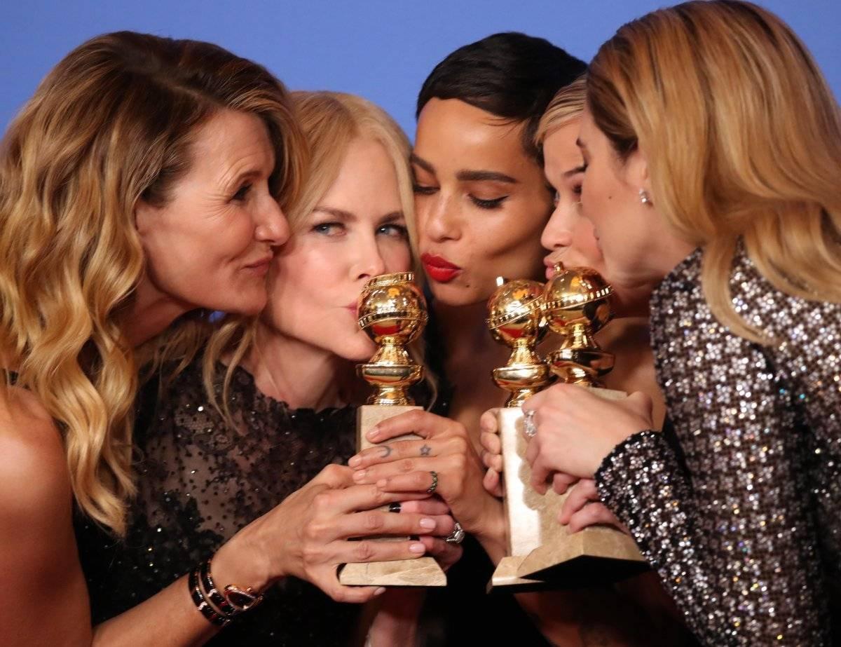 """Atrizes de """"Big Little Lies"""" comemoram três dos quatro prêmios recebidos: melhor minissérie ou telefilme; melhor atriz em minissérie ou telefilme, para Nicole Kidman, e melhor atriz coadjuvante em série, para Laura Dern. REUTERS/Lucy Nicholson"""