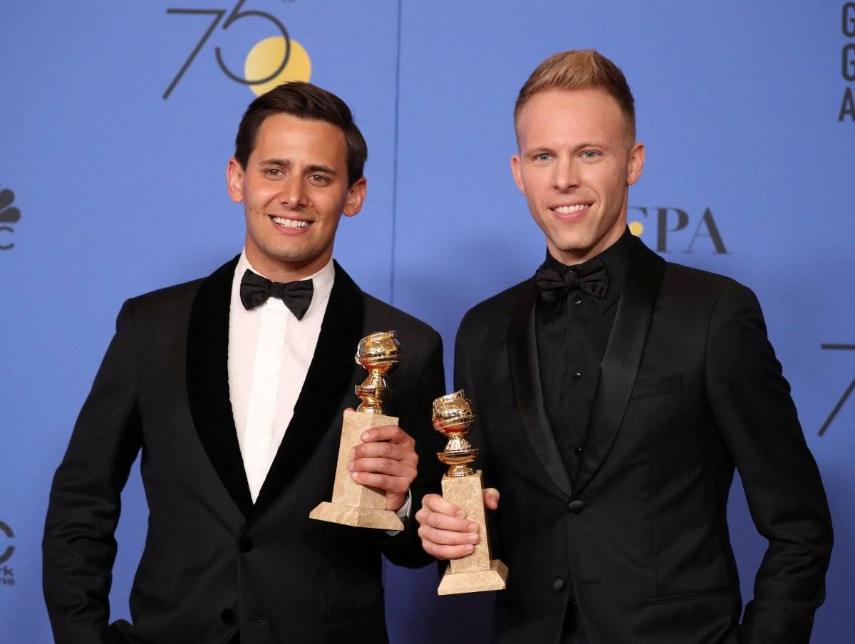 """Benj Pasek e Justin Paul levaram a estatueta na categoria melhor canção original com """"This Is Me"""", do filme """"O Rei do Show"""" REUTERS/Lucy Nicholson"""