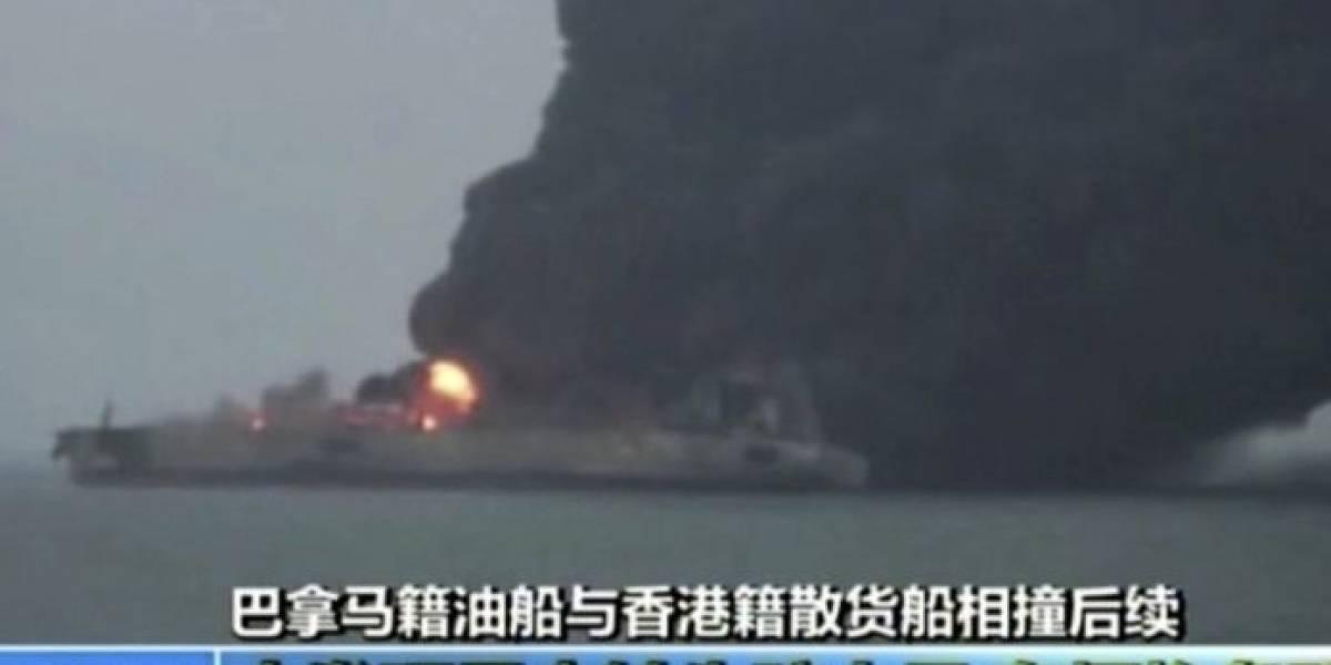 Riesgo de desastre ambiental: Alertan que petrolero ardiendo en la costa china podría explotar