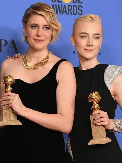 """La directora Greta Gerwig y la actriz Saoirse Ronan muestran sus Globos de Oro por la película """"Lady Bird"""". Algunos lamentaron que Gerwig no optara al premio a mejor dirección. Getty Images"""