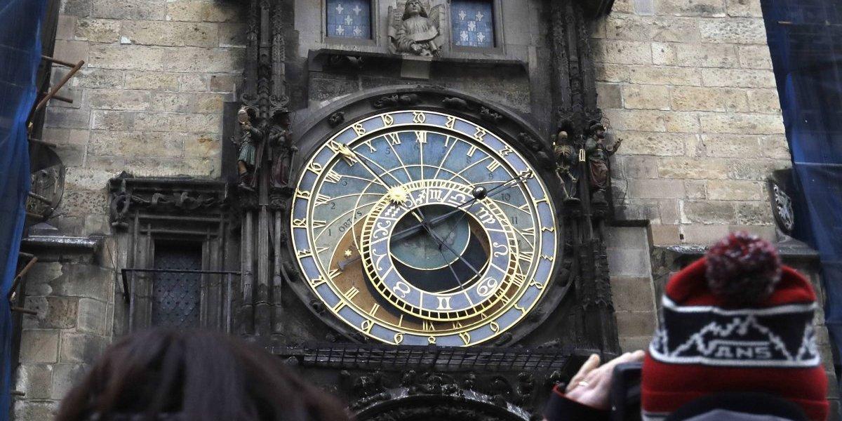 Praga retira su reloj astronómico para restaurarlo