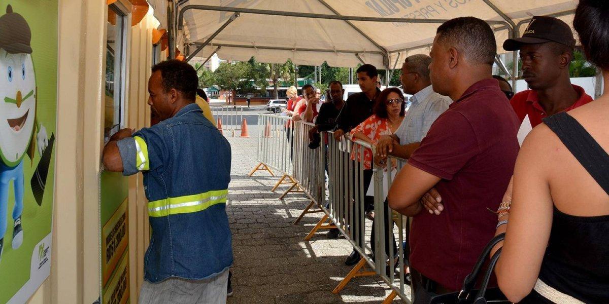 Conductores rezagados hacen filas para marbete