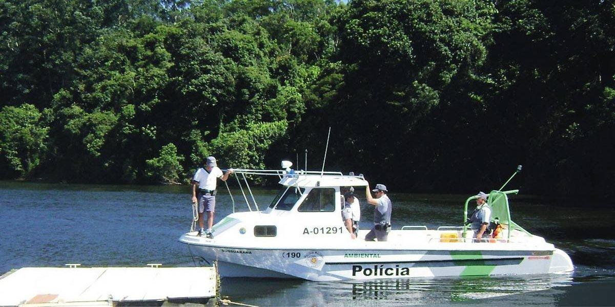 Família é resgatada de lancha encalhada em Bertioga, litoral norte de São Paulo