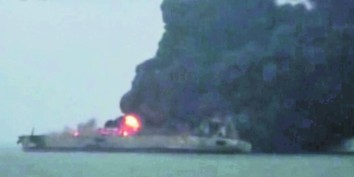Temen desastre ambiental tras choque de petrolera