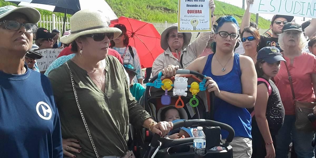Residentes de El Paraíso y Río Piedras Heights se manifiestan frente a oficina de la AEE