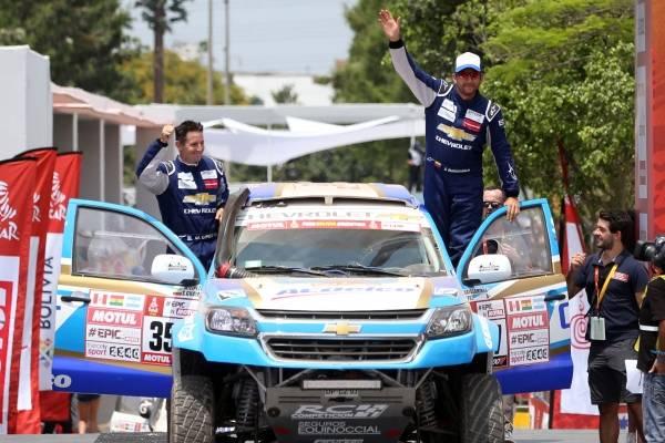 Fotografía de archivo del 6 de enero de 2018 de ecuatoriano Sebastián Guayasamín (d) y su copiloto el argentino Esteban Lípez (d) durante el podio de salida del rally Dakar realizado en el cuartel general del ejército en Lima (Perú).