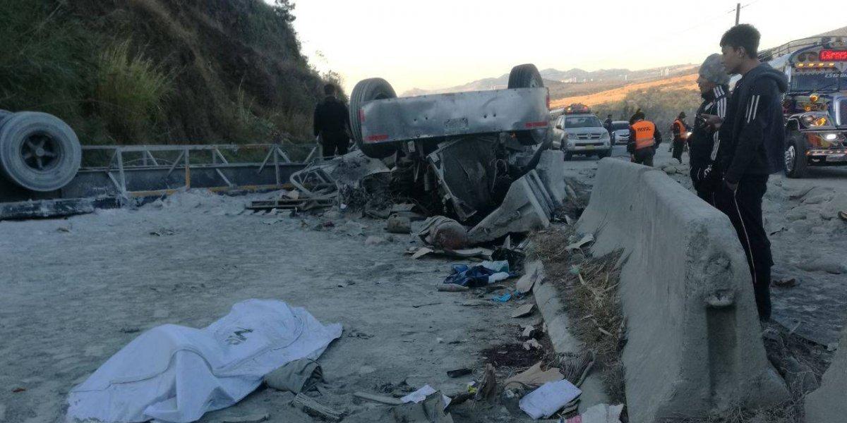 Tráiler con cemento vuelca en ruta a El Salvador, provoca dos fallecidos y caos vial