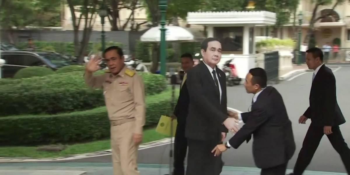 Primer ministro de Tailandia usa foto para 'responder' preguntas incómodas